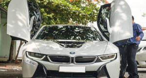 Siêu xe hybrid BMW i8 lăn bánh trên đường phố Sài Gòn