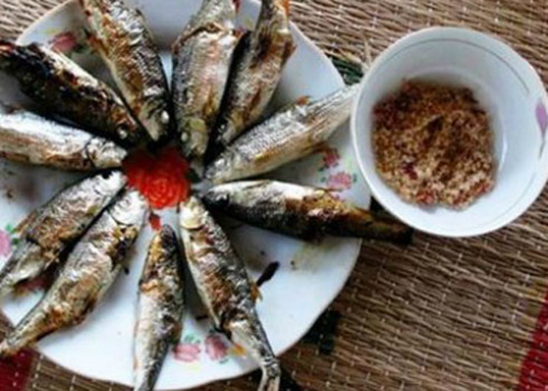 Cá niên nướng chấm muối ớt ở Quảng Ngãi