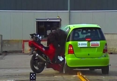 Thử nghiệm cho xe máy cắm đầu vào ôtô ở tốc độ cao