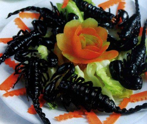 Cá leo nướng muối ớt và bọ cạp chiên giòn rụm
