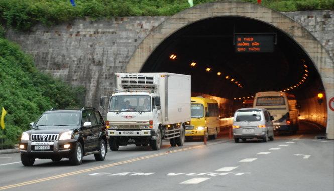 Người đi bộ, đi xe máy qua hầm Hải Vân như thế nào Xe may qua hai van