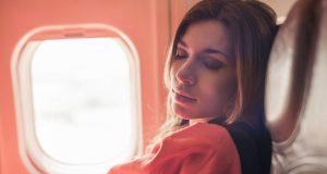 Vì sao không nên ngủ vào thời điểm máy bay cất và hạ cánh?