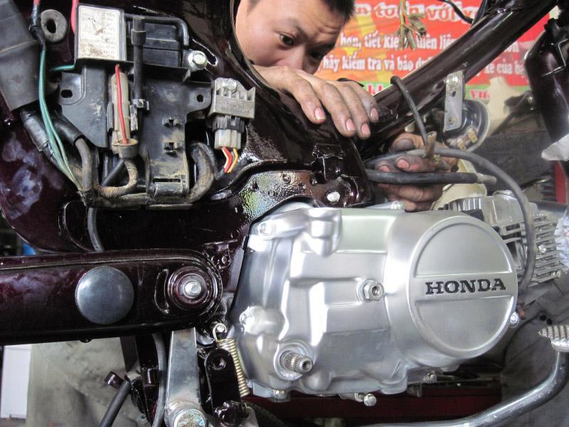 Cách giữ xe máy bền lâu, kiểm tra động cơ