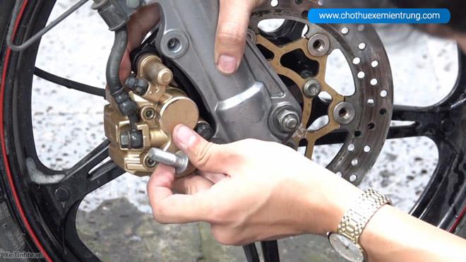 Cách giữ xe máy bền lâu, kiểm tra phanh xe máy