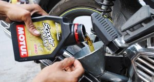 Cách giữ xe máy bền lâu, thay nhớt cho xe máy