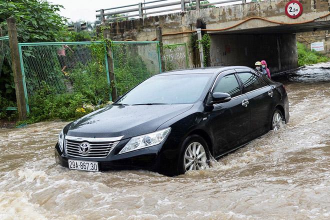 Kiểm tra ô tô mùa mưa