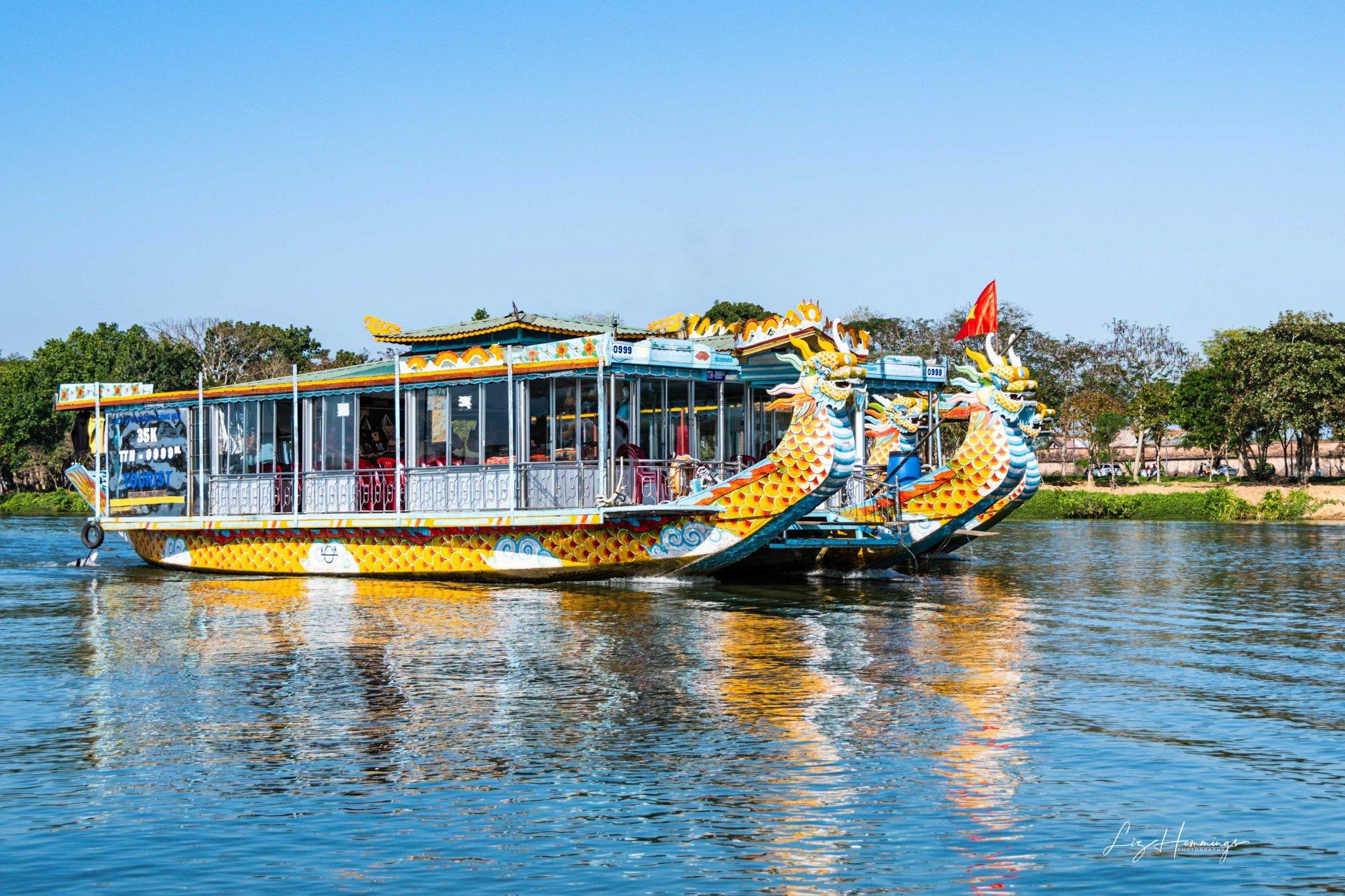 Ngắm nhìn Huế từ thuyền rồng trên sông Hương